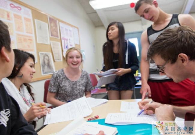 The Athenian School-雅典娜高中-Athenian School的学生在做作业