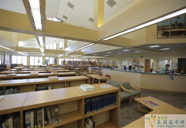 Episcopal School of Jacksonville-杰克逊维尔主教中学-Episcopal School of Jacksonville的图书室.jpg
