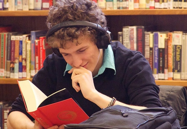 Kimball Union Academy -肯博联盟中学-Kimball Union Academy正在看书的学生