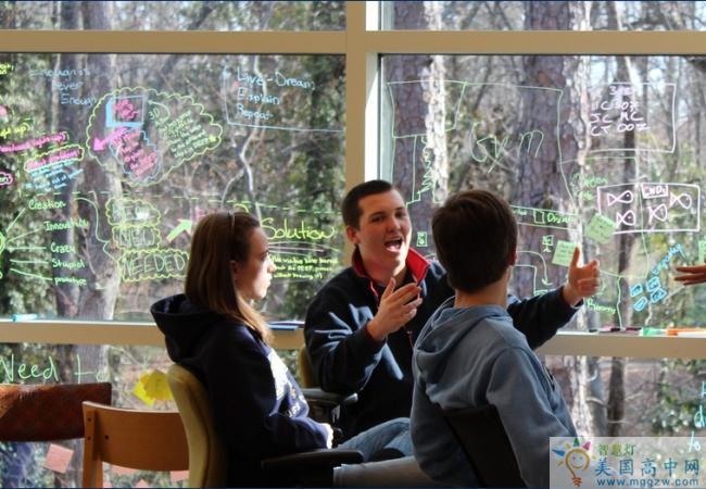 Mount Vernon Presbyterian School-弗农山中学-Mount Vernon Presbyterian School正在讨论的学生.png