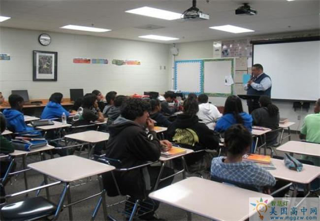 San Diego Academy-圣地亚哥中学-San Diego Academy在课堂上的学生.jpg