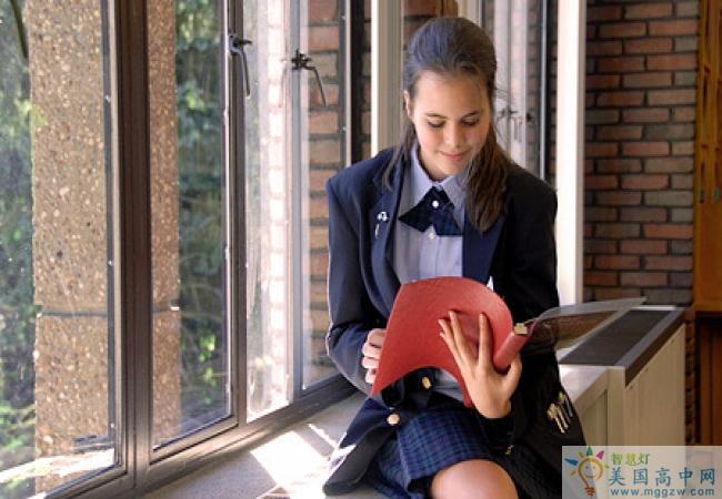 The Linsly School-林斯立中学-Linsly School正在看书的学生