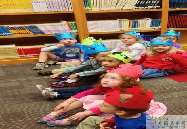 Wayne Country Day School-韦恩日校中学-Wayne Country Day School在图书馆的学生